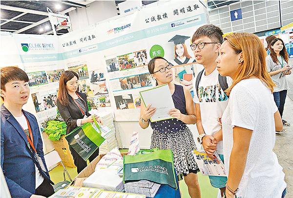 ■參展商向家長及學生介紹升學課程。梁祖彝  攝