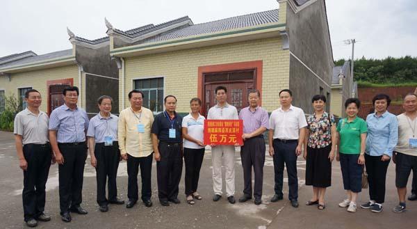 香港媒體高層「精準扶貧」採訪團在十八洞村採訪時留影 本報記者 姚進 攝