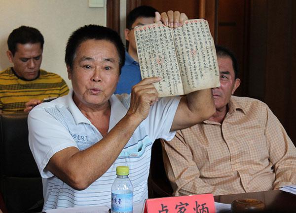 盧家炳船長展示《更路簿》。江鑫嫻 攝