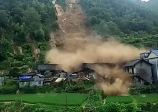 山體發生滑坡衝進村莊 網上圖片
