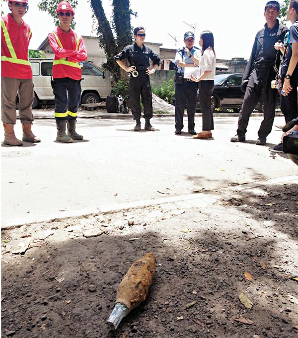 ■炸彈處理組人員檢走毋須引爆的訓練用模擬迫擊炮彈頭。