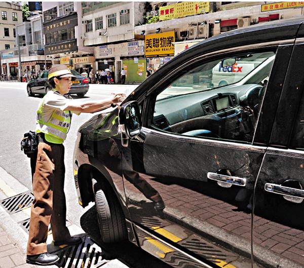 ■警察昨日在灣仔莊士敦道交通黑點嚴查違例停車。陳文華 攝