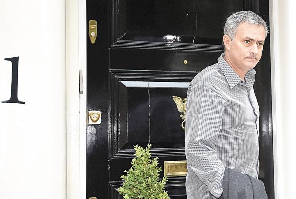 ■摩連奴於其倫敦寓所外。 路透社