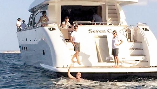 ■球迷游到美斯所在的遊艇。 網上圖片