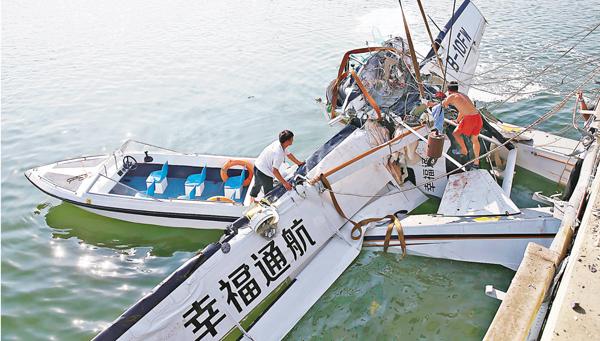 ■水上飛機因撞擊導致機艙前部嚴重折疊變形。 新華社