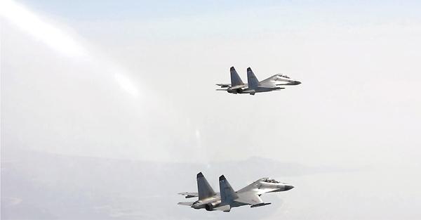 ■南海艦隊軍演,航空兵編隊出擊。 中新社