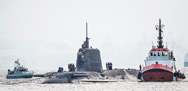 ■核潛艇帆罩前端嚴重損毀。 法新社