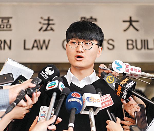 ■馮敬恩昨應訊後在法院大樓外會見傳媒。法新社圖片