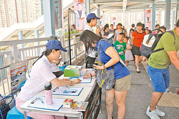 ■大批市民前來街站簽名,反對部分立法會議員拉布、不作為。 陳文華  攝
