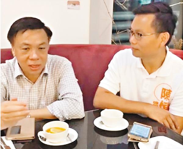 ■陳�絔g(右)與鍾樹根討論退休生活及長者福利。 網上圖片
