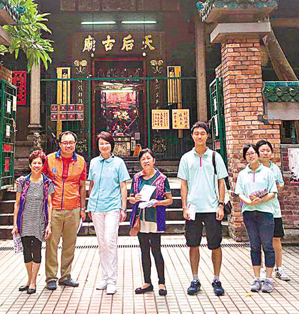 ■李慧�k(左三)與團隊到訪油麻地天后廟。   fb圖片