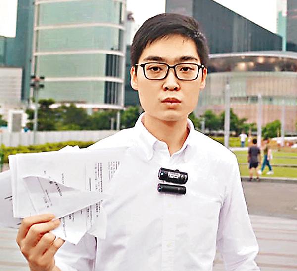 ■陳浩天撕毀選舉主任信件。 網上圖片