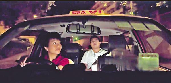 ■麥美娟在片中飾演的士司機,聆聽一名工時長達12小時的廚師講述工時長的辛酸。視頻截圖
