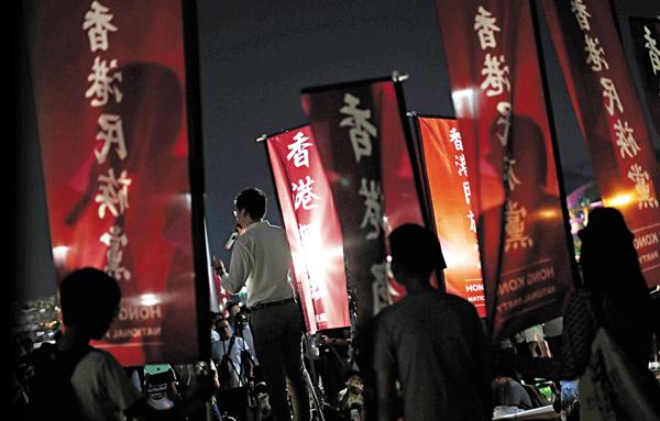 ■陳浩天(持咪者)及其同道中人前晚在添馬公園集會,抗議他的參選提名被裁定無效。傳統反對派「反政治篩選」遊行經過此地,雙方發生對�薄C 路透社