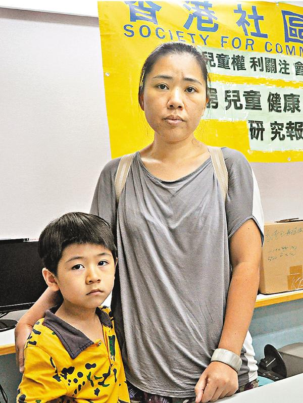 ■單親媽媽陳小姐與5歲半兒子。 陳文華  攝
