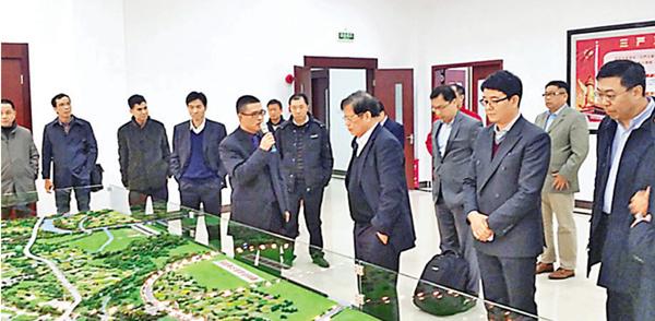 ■廣東16條出入境新措施,對外籍華人最為有利。圖為美籍華人在廣州考察。 資料圖片