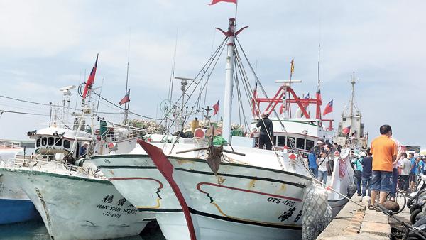 ■屏東護太平島行動船隊昨日抵達新園鹽埔漁港,熱情民眾到場迎接。 中央社