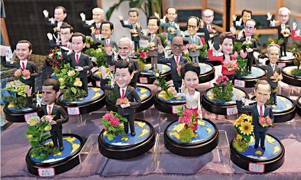 ■G20杭州峰會腳步愈發臨近,附有G20元素的手工品似乎成了手工傳承人們的「必修課」。圖為利用新型樹脂合成土捏製的二十國領導人塑像。 中新社