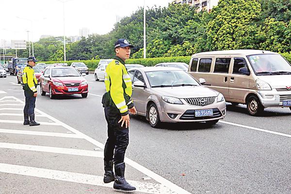 ■深圳調動千名警力,嚴打「不繫安全帶」。本報深圳傳真
