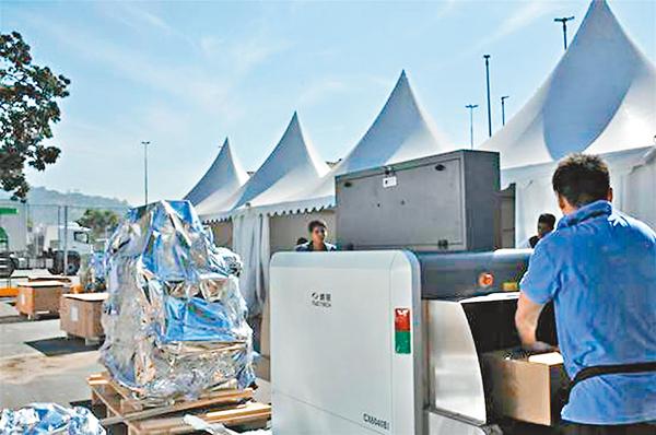 ■同方威視工作人員在奧運場館外安裝安檢設備。 網上圖片