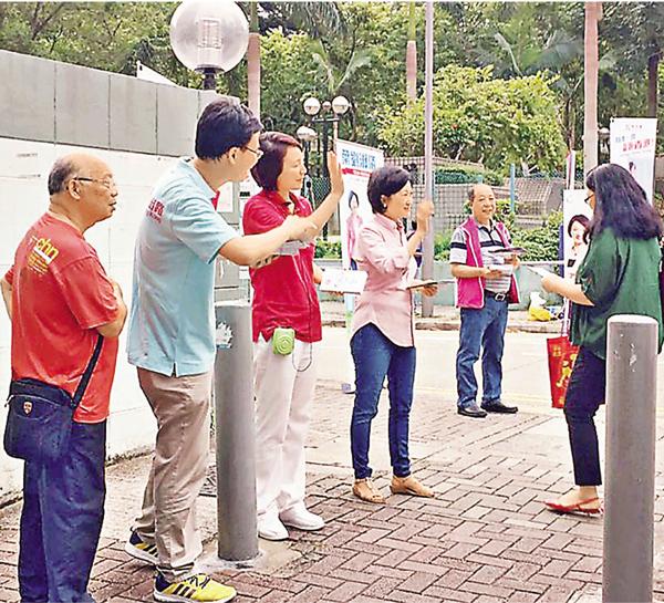 ■李慧�k在柴灣警察宿舍外拉票巧遇葉太。fb圖片