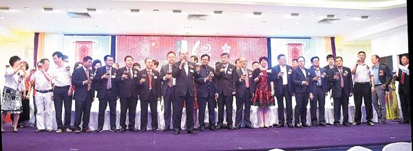 ■香港知青聯成立十周年聯歡大會,賓主一同祝酒,場面熱鬧。 李摯   攝