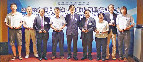 ■陳茂興(右二)及梁達榮(左四)均指新一屆訓練已經展開。 姜嘉軒  攝