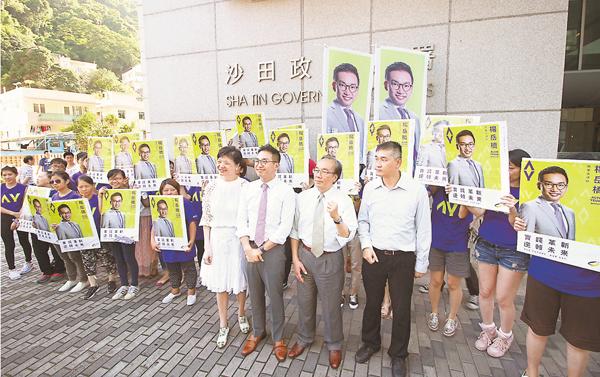 ■公民黨主席余若薇(前排左一)和立法會議員楊岳橋(前排左二)在對待「港獨」問題上,均前後不一。 資料圖片