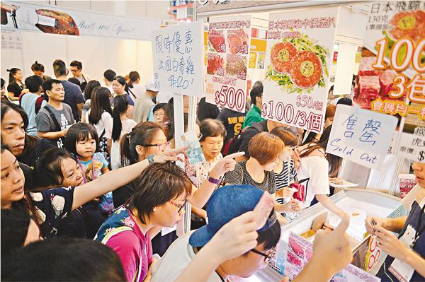 ■美食博覽第二天人流回升,市民爭相「掃貨」。梁祖彝  攝