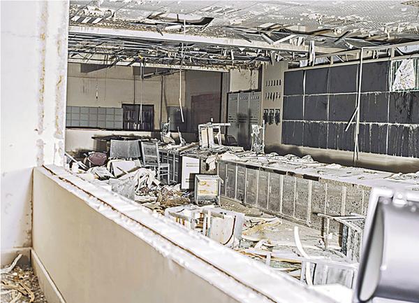 ■湖北當陽馬店矸石發電有限公司爆炸事故現場的電腦、空調、門窗等物品均扭曲變形。新華社