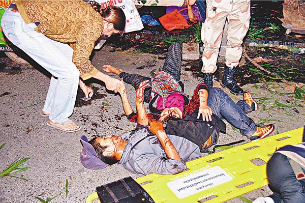■華欣多人被炸傷,右上角相信是施襲用的花盆炸彈。網上圖片