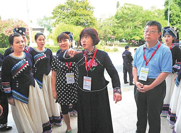 ■專家團隊劉曉耕(前右)、葉明菊(前中)、業原(前左)現場指導合唱團排練。