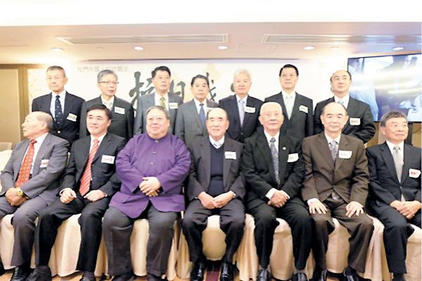 ■出席「我們中國人的抗戰史:中華民族抗日戰史」論壇的嘉賓合照。前排左三為何志平,左四為郝柏村。 網上圖片