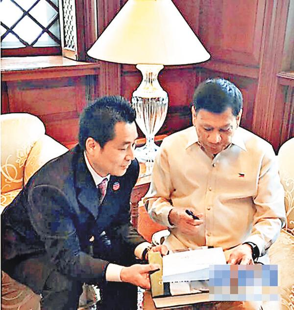■菲律賓總統杜特爾特日前在馬尼拉的總統府接受中國《龍》雜誌總編輯賈正專訪。 網上圖片