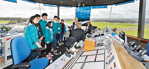 ■學員到飛行訓練學校內的控制塔參觀。國泰供圖