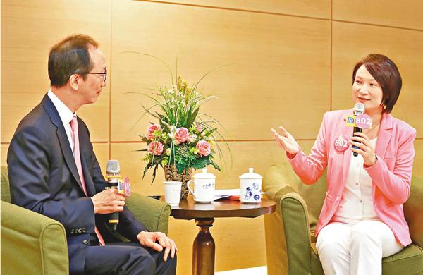 ■李慧�k(右)昨日與梁錦松在網上直播對談節目,討論香港教育和經濟出路。