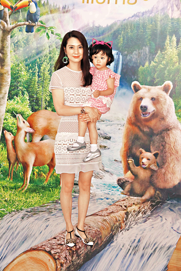 ■洪欣首次帶女兒出席活動。