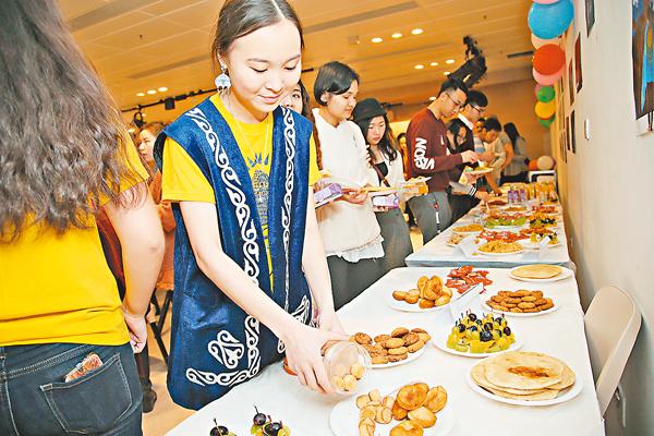 ■MUSSINA  Anar與嘉賓分享來自哈薩克斯坦的地道美食。 理大供圖