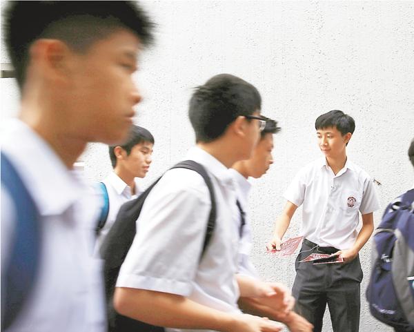 ■昨天是新學年開學日,本是莘莘學子和家長期待的日子,但有多家學校遭有人鼓吹「港獨」。路透社