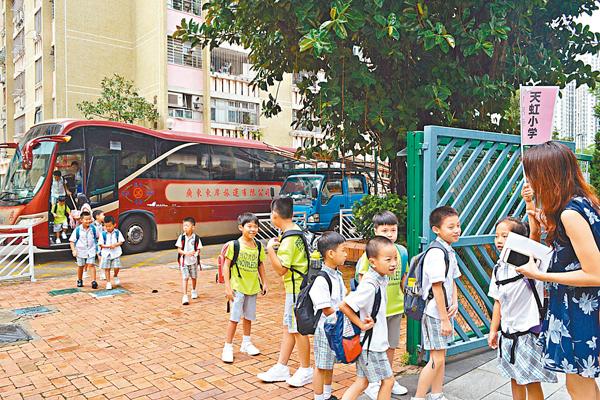 ■浸信會天虹小學安排4條路線的校巴接送跨境學童。 吳希雯  攝