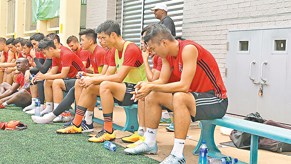 ■「陳七」(右一)出席操練,心事重重。 潘志南  攝