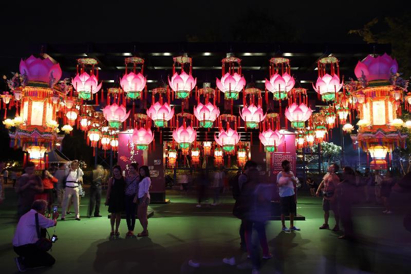 市區中秋綵燈會今日(九月十五日)晚上在維多利亞公園舉行,多組耀目的大型綵燈為會場增添節慶色彩,包括由康樂及文化事務署非物質文化遺產辦事處策劃、邀請本地紮作師傅製作的數十盞不同造型的花燈。