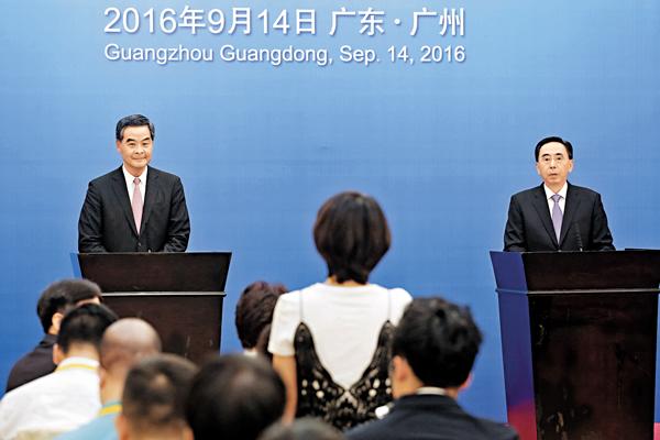 ■粵港合作聯席會議後,廣東省長朱小丹與梁振英一同會見傳媒。