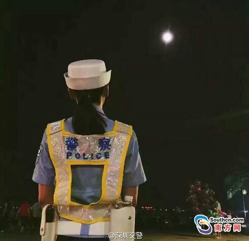 深圳交警中秋夜堅守崗位。