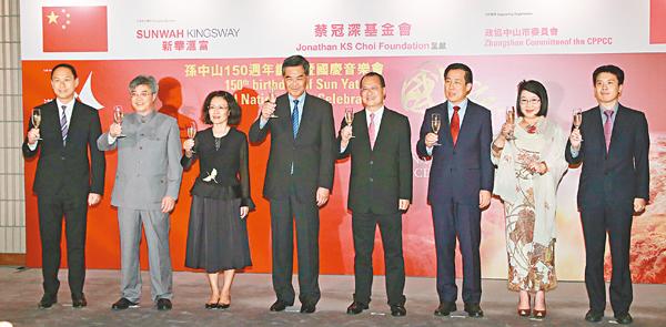 ■梁振英(左四)、楊建平(右三)、佟曉玲(左三)、蔡冠深(右四)、蔡關穎琴(右二)等賓主主持首演酒會。 彭子文  攝