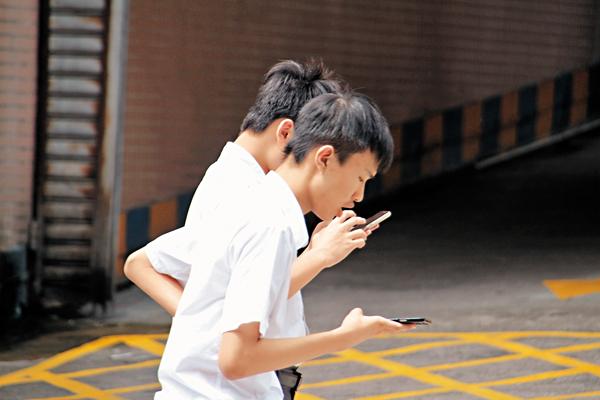 ■本地電訊商積極推出為學生度身訂做的月費計劃。 張偉民  攝