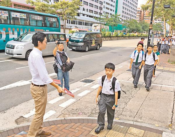 ■「香港民族黨」昨於油麻地窩打老道擺街站,向心智未成熟的年輕學生派發宣揚「港獨」的傳單。 文森 攝