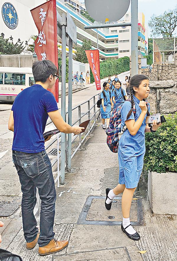 ■有女學生看見陌生人派「獨」傳單,立刻迴避離開。 文森 攝