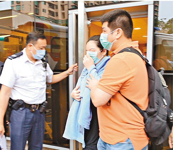 ■猝死男嬰的親友傷心離開醫院,由警員陪同返署助查。