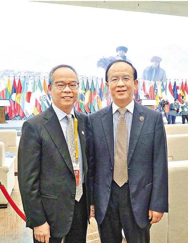 ■劉江華(左)與國家文化部副部長丁偉。